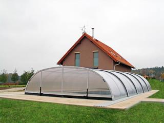 TROPEA Poolüberdachung mit Kammerpolykarbonat und hellen Alu-Profilen