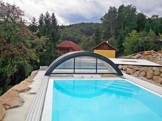 Aufgeschobene Poolüberdachung UNIVERSE von ALUKOV Schweiz