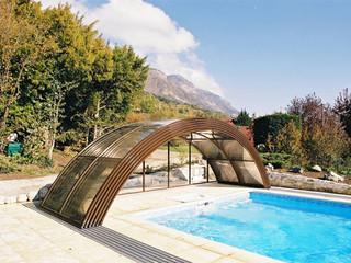 Offene Poolüberdachung UNIVERSE mit Alu-Profilen im Holzdekor