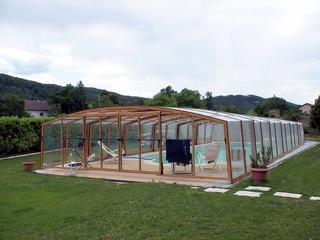 VENEZIA im Holzdekor gehört zu den rustikalen Lösungen unter Poolüberdachungen