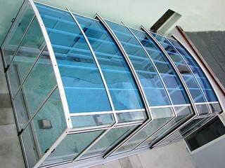 Hohe Poolüberdachung VENEZIA von ALUKOV vom oben
