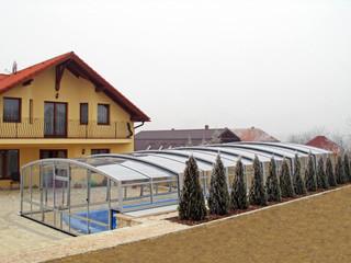 Hohe und lange Ausführung der Poolüberdachung VENEZIA von ALUKOV