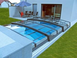 Schwimmbadüberdachung Corona mit Haus verbunden.