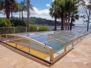 Schwimmbadüberdachung Corona mit wunderbaren Blick auf die Bucht.