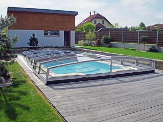 Schwimmbadüberdachung Corona mit zurückschiebbaren Elementen.