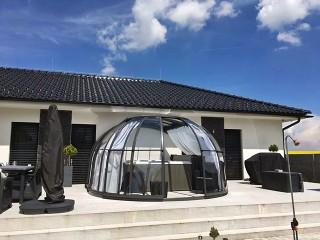 Sehr schön abgetönte Kombination des Hauses mit der OASIS Spaüberdachung