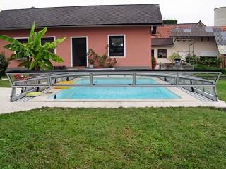 Teilweise aufgeschobene Poolüberdachung CORONA