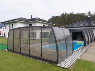 Teilweise aufgeschobene Poolüberdachung OMEGA von ALUKOV Schweiz