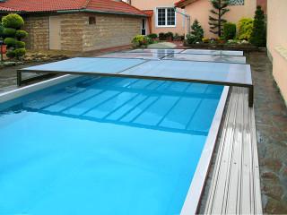 Teilweise aufgeschobene Poolüberdachung TERRA von ALUKOV Schweiz