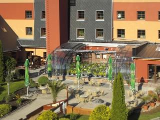 Teilweise aufgeschobene Terrassenüberdachung CORSO Style beim Hotel-Gastgarten