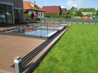 TERRA ist die niedrigste massgefertigte aufschiebbare Poolüberdachung auf dem Markt