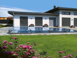 TERRA Poolüberdachung von ALUKOV Schweiz verschmelzt mit der Umgebung