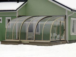 Terrassenüberdachung mit hellen Alu-Profilen