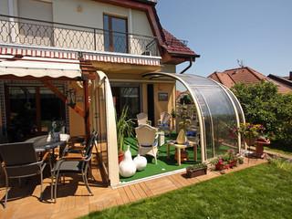 Zum Haus schön integrierte Terrassenüberdachung CORSO Entry von ALUKOV