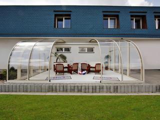 Teilweise aufgeschobenes Gartenzimmer von ALUKOV mit hellen Alu-Profilen