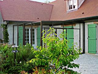 Trotz den geraden Linien passt die Terrassenüberdachung CORSO Glas perfekt zum traditionellen Haus