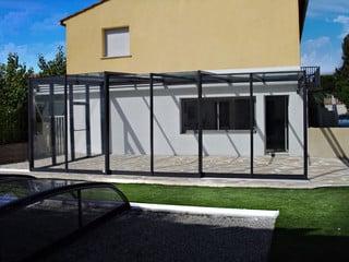 Geräumige Terrasse ist jetzt mit der beweglichen Überdachung fast ganzjährig zu geniessen