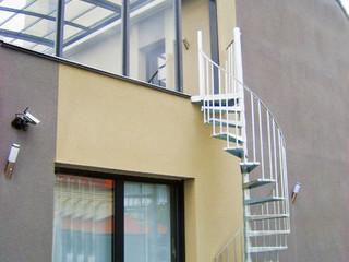 Mit Schiebeüberdachung von ALUKOV den Balkon auch beim Wind und Regen benutzen zu dürfen