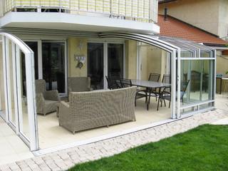 Grosses Überdachungsmodell CORSO Premium als Wohnzimmer eingerichtet