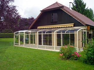 Terrassenüberdachung CORSO Premium von ALUKOV passt problemlos auch zu dem traditionellen Haus