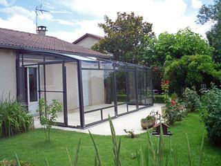 Ihre Sitzplatzverglasung inmitten des Gartens mit der Schiebeüberdachung CORSO Premium von ALUKOV zu geniessen