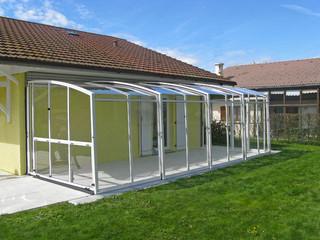 Zeitlose Variante für Überdachen Ihrer Terrasse mit weissen Alu-Profilen