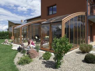 Die geräumige Terrassenüberdachung CORSO von Alukov im Holzdekor