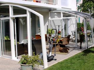 Gemütlich eingerichtete Terrasse mit Schiebeüberdachung geschützt
