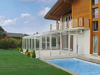 Terrassenüberdachung CORSO NEO™ als Poolüberdachung benutzt