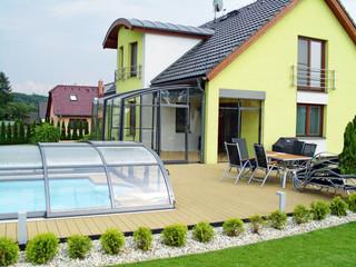Terrassenüberdachung und Poolüberdachung von ALUKOV auf einem Garten