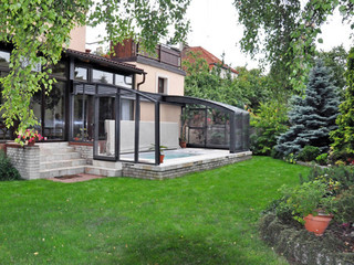 Wunderschön in den Garten integrierte Terrassenüberdachung