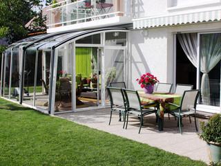 Elegante und passende Ausführung der Überdachung mit weissen Alu-Profilen