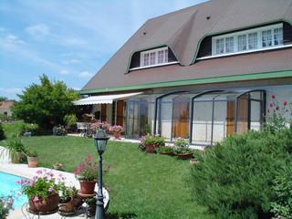 Dezente Variante der Terrassenüberdachung CORSO von ALUKOV passt perfekt zum Still des Hauses