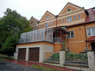 Geräumiger Balkon mit beweglichem CORSO von ALUKOV überdacht