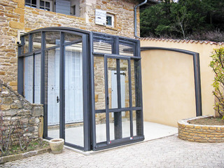 Massgefertigte Schiebeüberdachung für freien Platz bei Ihrem Haus
