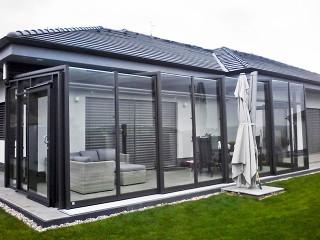 Zum modernen Haus gehört ohne Zweifel auch das bewegliche Gartenzimmer CORSO Glas von ALUKOV Schweiz
