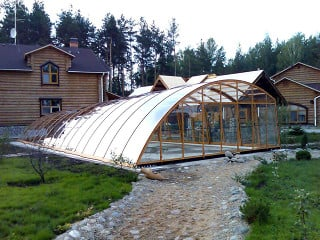 Sommer relax in pool covered by RAVENA enclosure