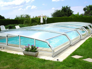 Swimming pool enclosure RIVIERA keeps your pool much cleaner