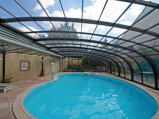 Pool enclosure Style offers a lot of free space around pool