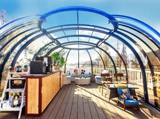 Hot tub enclosure Spa Sunhouse offers a lot of space even for home bar