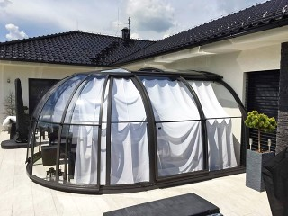 Closed spa enclosure with closed shading system