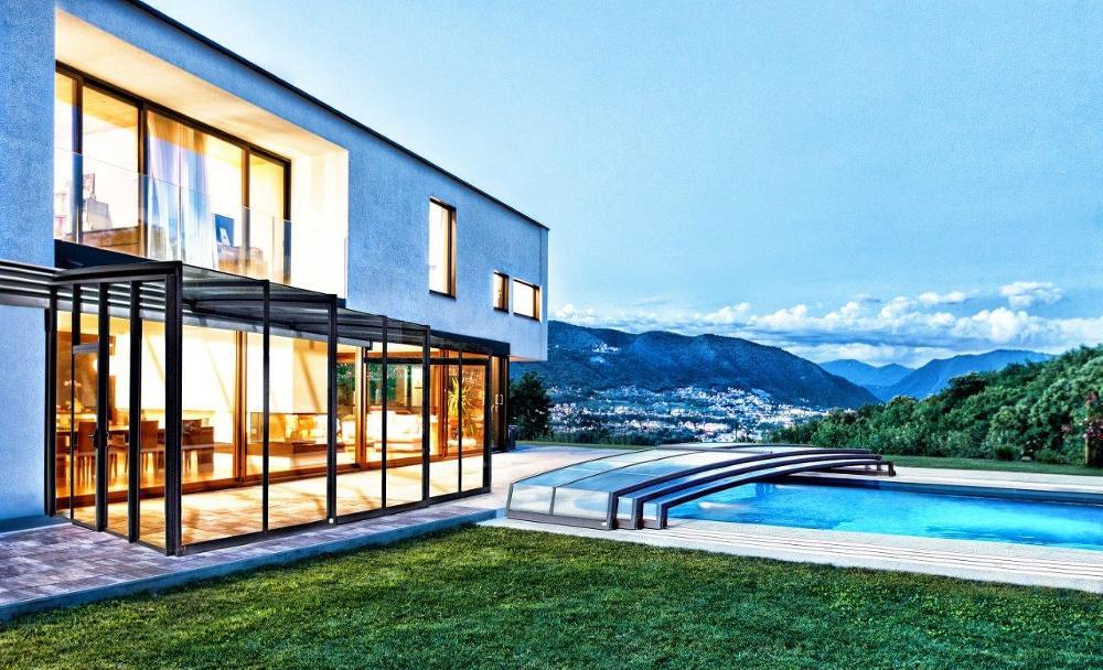Luxusní zastřešení terasy CORSO Glass a nízké zastřešení bazénu CORONA