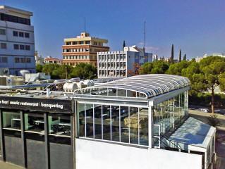 Atypické zastřešení veknovního prostrantsví baru v Řecku
