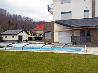 Nízké bazénové zastřešení AZURE ANGLE s pěti posuvnými segmenty