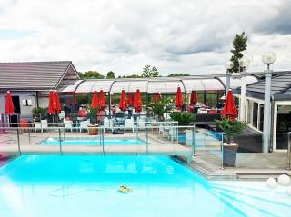 Hotel du Golf ve Francii - dvoukřídlé zastřešení terasy pro počasím nerušené večerní radovánky