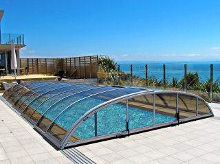 Nízké zastřešení bazénu, model ELEGANT NEO™ od Alukovu