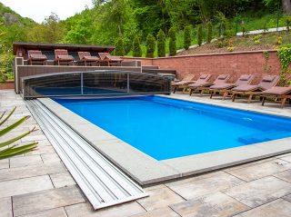 Nízké zastřešení bazénu VIVA™ - instalace v penzionu pod hradem Karlštejn