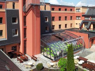Pohled na zastřešenou Nebeskou terasu wellness hotelu Panorama v Blansku