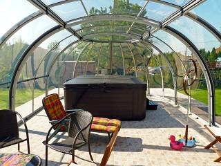 Velice prostorné zastřešení vířivých van Oasis nabízí spoustu volného místa nejen pro vířivku