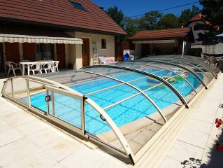 Zastřešení bazénu ELEGANT NEO™ s otevřenými dvířky v čele